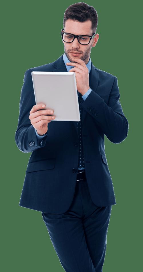 Versicherungsmakler mit Tablet