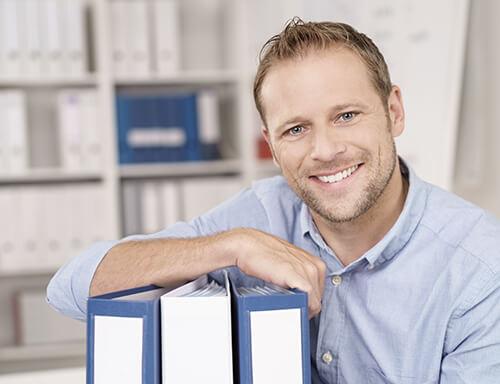 Ein Versicherungsmakler muss unterschiedliche Dokumente einreichen auf dem Weg in die Selbstständigkeit